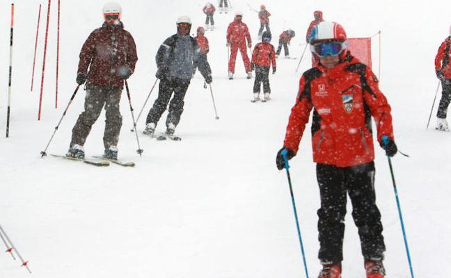 El precio de los forfaits y los abonos para esquiar en Asturias sube un 8%
