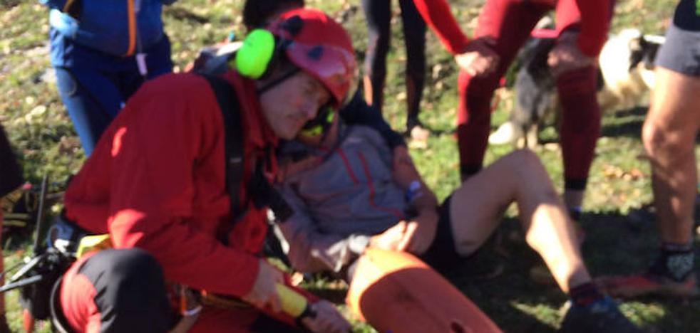 Trasladan al HUCA a un corredor de montaña que se cayó en una zona de difícil acceso de Teverga
