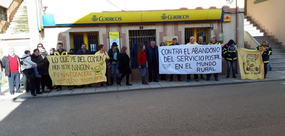 Protesta en Allande contra el abandono del servicio de Correos en la zona rural