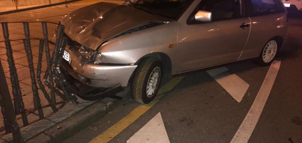 Ilesos tres jóvenes tras estrellar su coche en Pumarín