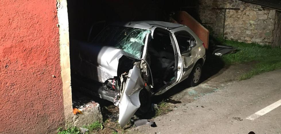 Herido grave al chocar su vehículo contra una casa en Soto del Barco