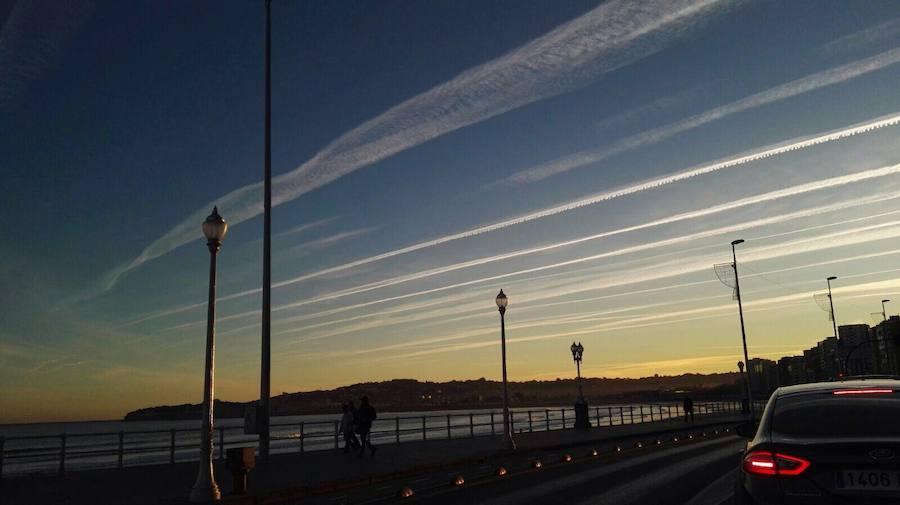 Las estelas de los aviones dejan una curiosa estampa en los cielos asturianos