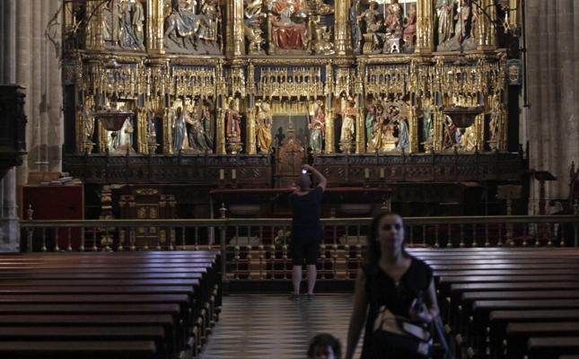 Arranca la limpieza del retablo mayor del templo