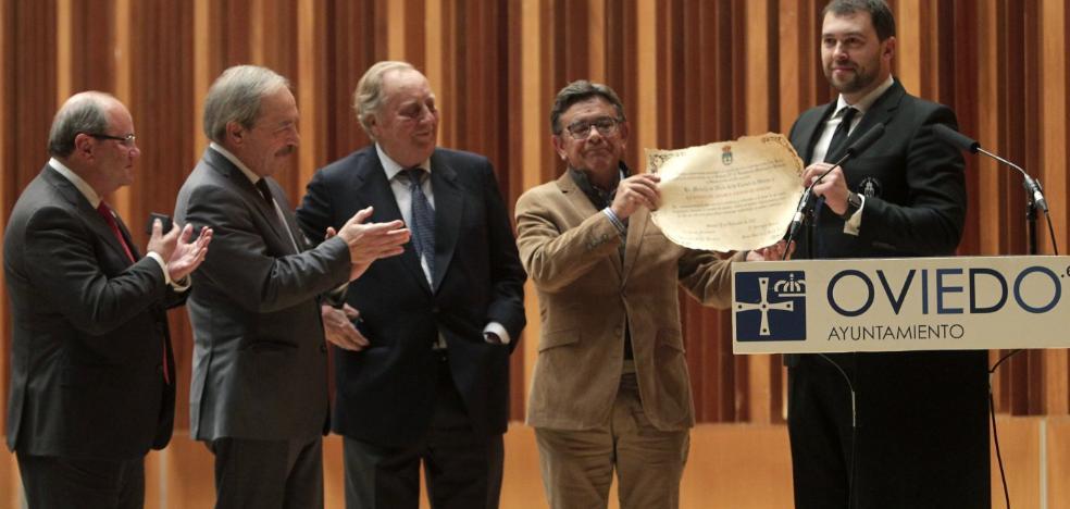 La Banda de Música recibe la medalla de plata de Oviedo por su 25 aniversario