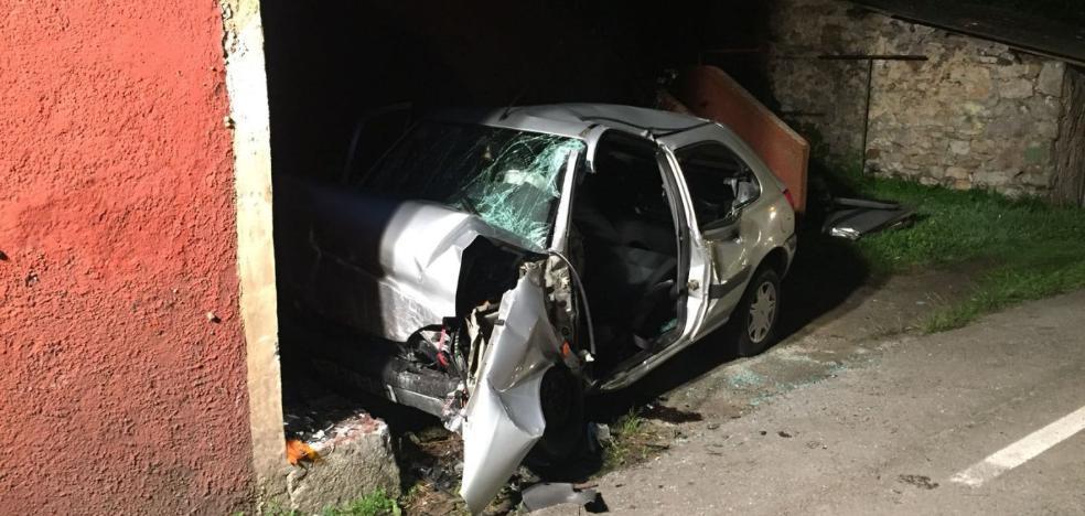 Herido grave tras colisionar su coche contra una casa en Soto del Barco