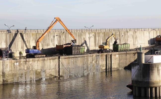 Las obras de dragado del puerto de Llanes finalizarán antes del 2018