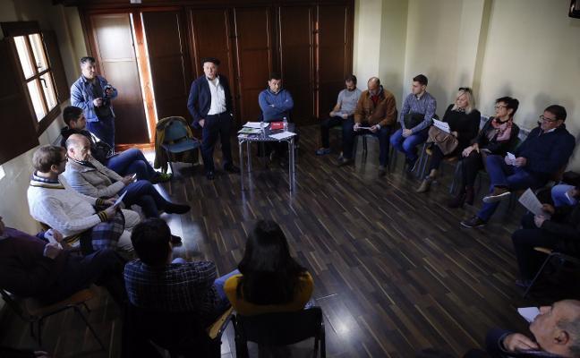 Vecinos de Tolivia reivindican su derecho a decidir el futuro uso de las antiguas escuelas