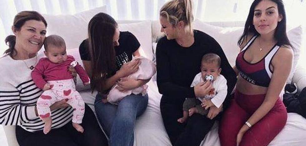 Los tres bebés de Cristiano Ronaldo, juntos para la foto