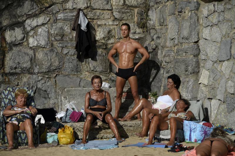 Los asturianos disfrutan de la playa y las terrazas en pleno noviembre