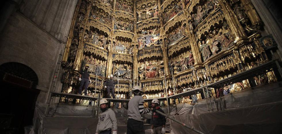 Arranca la primera limpieza en 24 años del retablo mayor de la Catedral de Oviedo