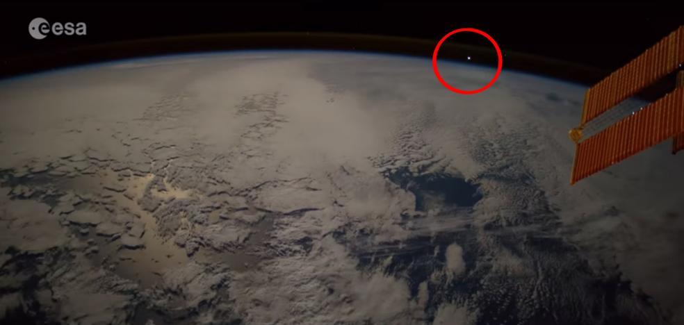 Así se ve desde el espacio cómo cae un meteorito en la Tierra