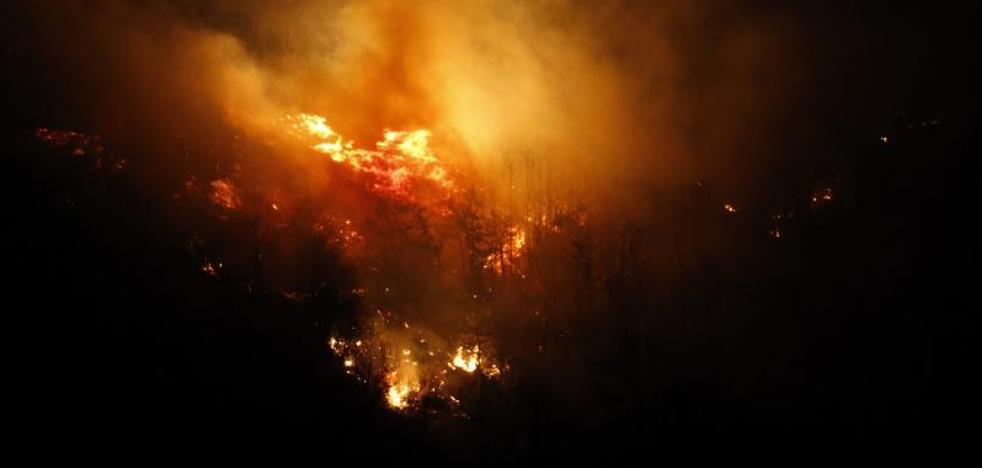 Sigue activo el incendio en Corvera y el de Nembra remite