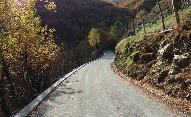 Allande mejora la carretera de acceso al núcleo de El Caleyo
