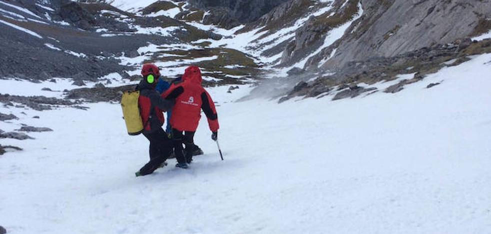El viento prolonga durante seis horas el rescate de un montañero herido en Cabrales