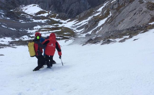 Seis horas para rescatar a un montañero que cayó por un desnivel en Cabrales