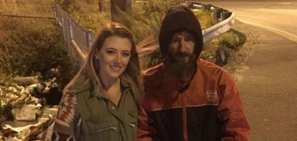 Recauda 225.000 dólares para el mendigo que le dio sus últimos 20 dólares cuando se quedó sin gasolina