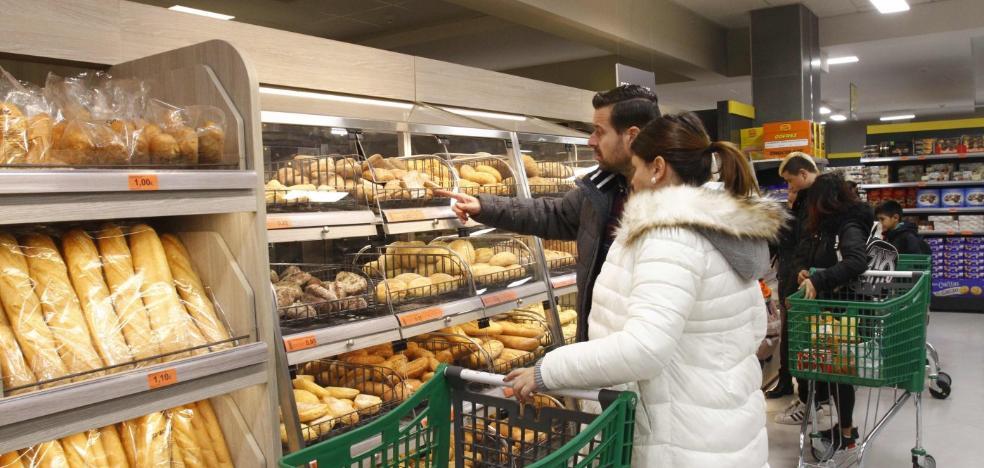 Colas y expectación en la esperada reinauguración del supermercado Mercadona