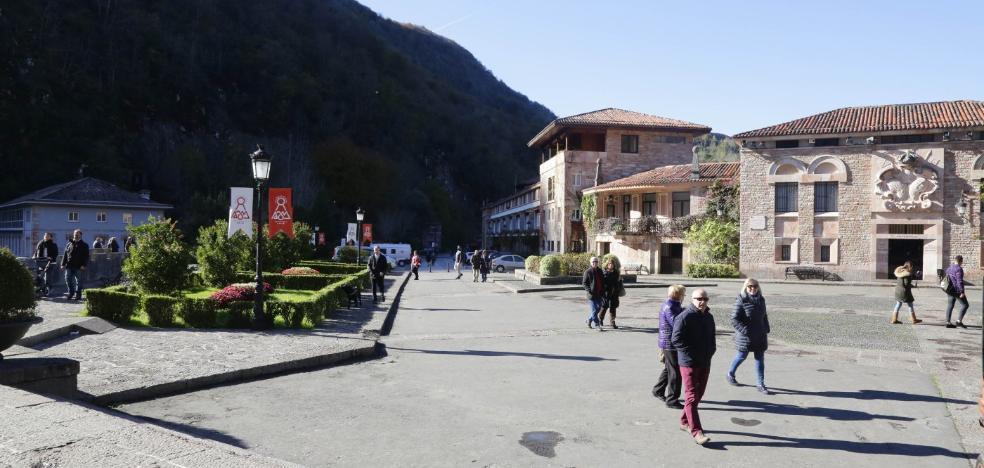 El Gobierno regional pavimentará en 2018 la explanada de Covadonga