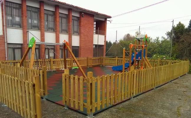 Un parque infantil para tres niños en Ballota