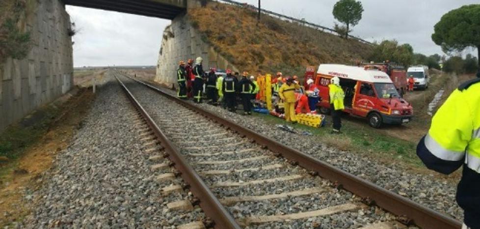 Descarrila el tren Málaga-Sevilla con una veintena de heridos, uno de ellos grave