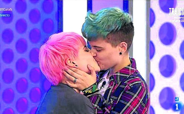 El beso televisivo del año