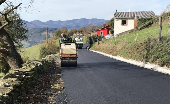 La carretera entre Villatresmil y Penafolgueiros, en Tineo, renueva el pavimiento