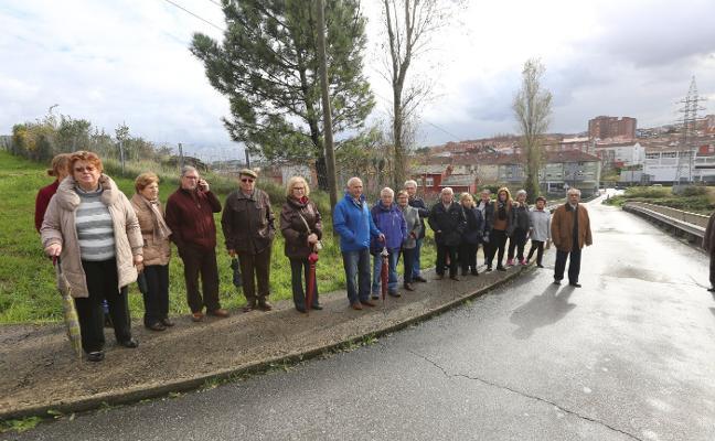 Vecinos de Bustiello piden aceras y una parada de autobús para llegar al centro