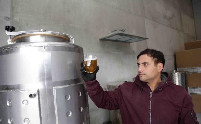 La primera cervecera de Ribadesella produce 250 litros en dos meses