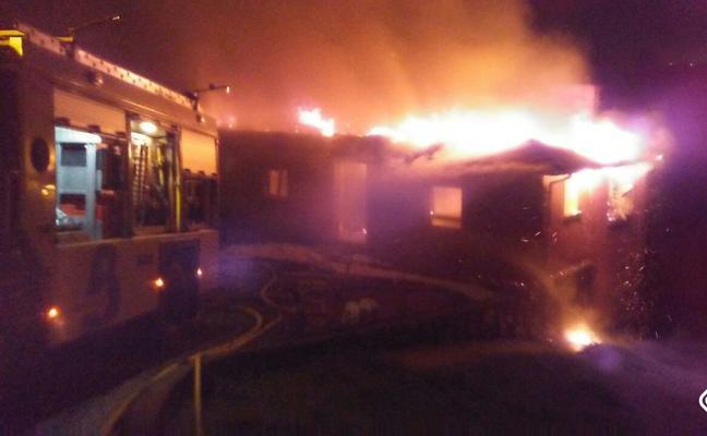 Un incendio calcina una vivienda en Llanera