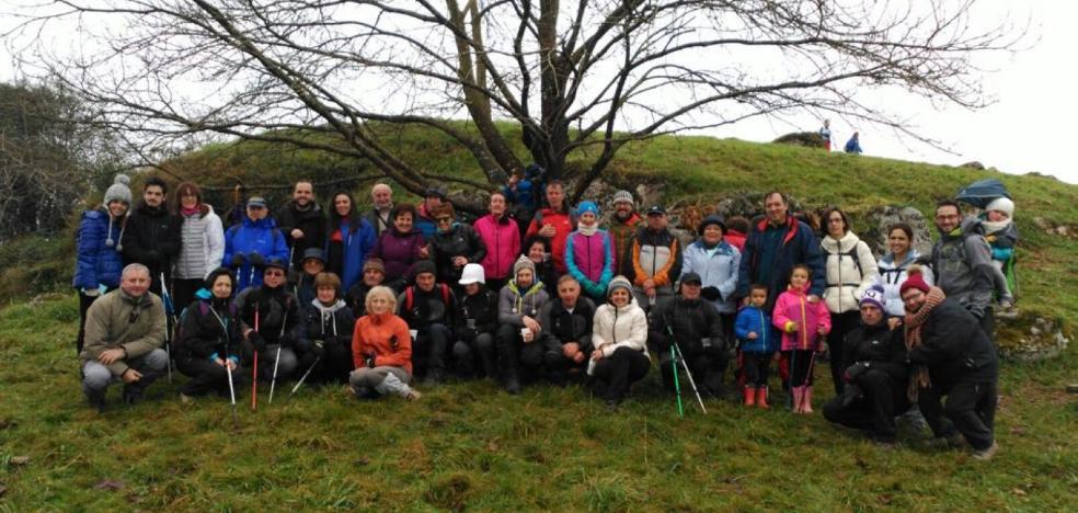 300 montañeros instalan, por unas horas, el belén de cumbres en Peña Cabrera