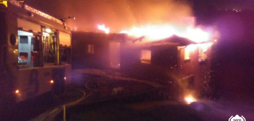 Un incendio destruye una vivienda unifamiliar en Pruvia
