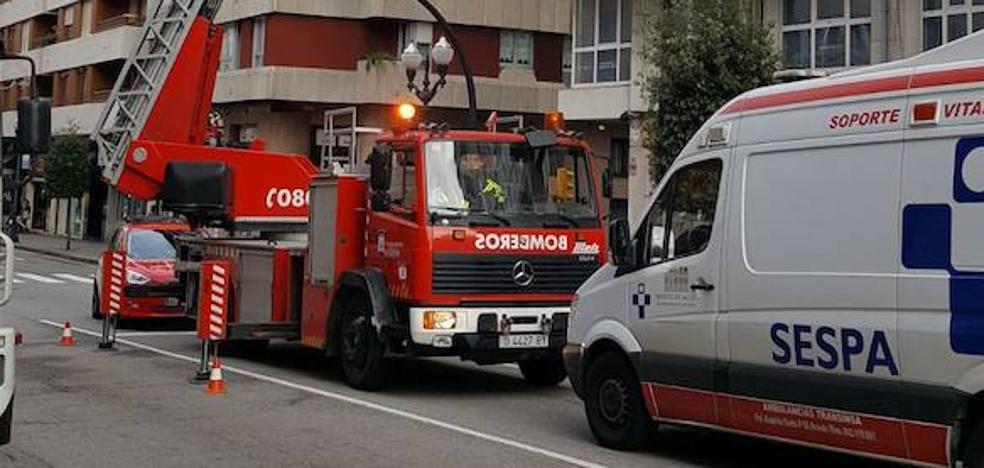 Los bomberos rescatan a una persona mayor en un piso de Gijón