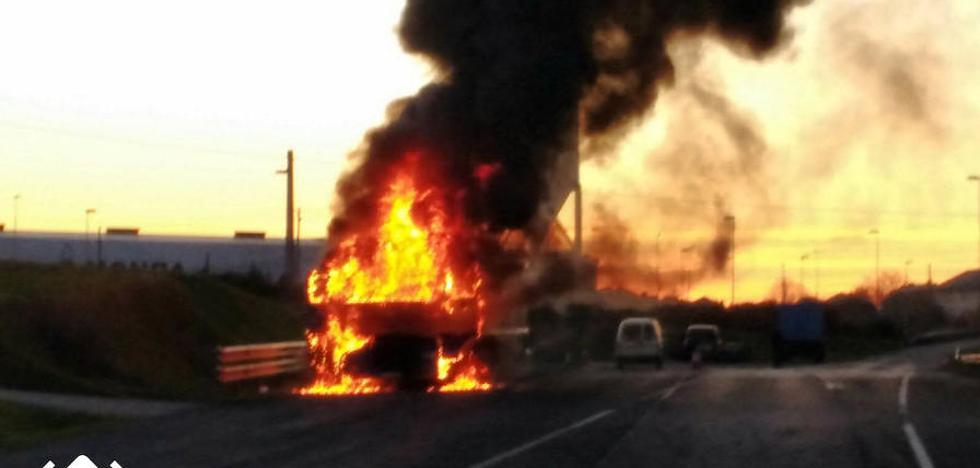 Arde un camión aparcado junto a una estación de servicio en Castropol