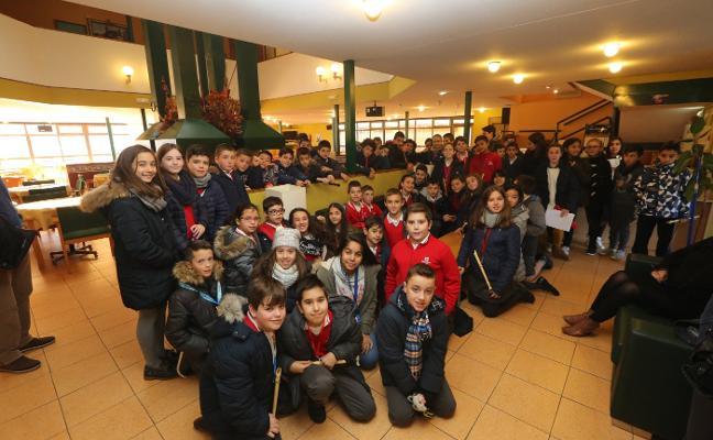 Alumnos de sexto y mayores de Jardín de Cantos ensayan una actuación conjunta