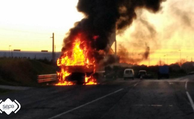 El fuego calcina la cabina de un camión aparcado junto a una gasolinera en Castropol