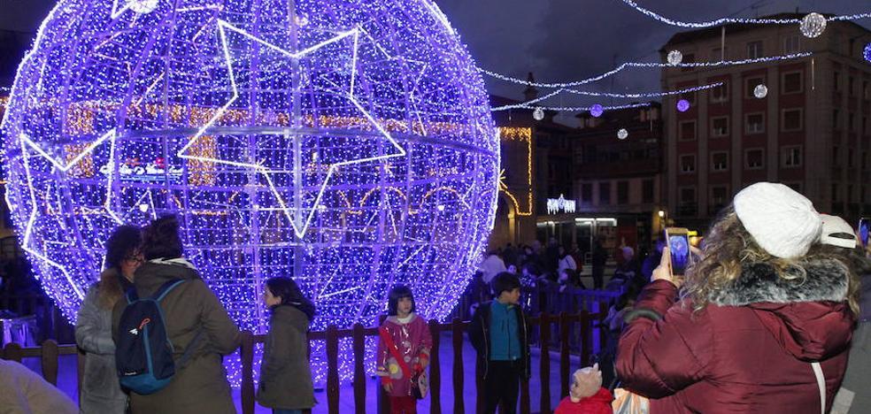 El Ayuntamiento de Avilés busca la mejor fotografía de la bola navideña