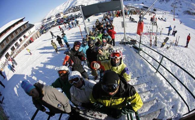 La nieve y el puente llenan las estaciones de esquí y Los Lagos