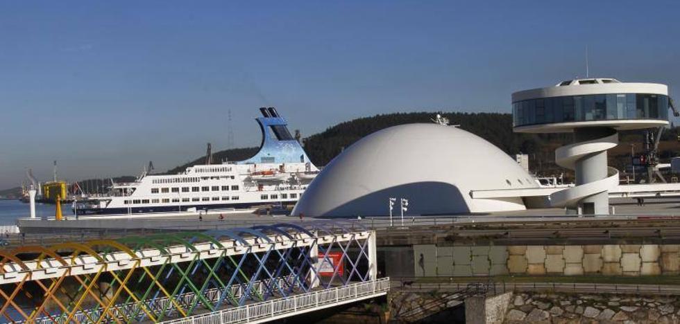 El crucero 'Saga Pearl II' permanece amarrado en el puerto de Avilés