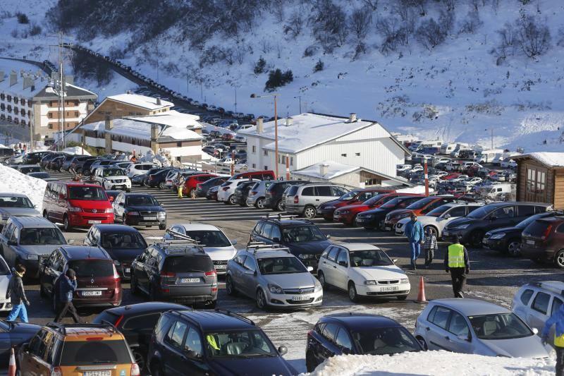 Miles de usuarios en las estaciones de esquí y en los Lagos de Covadonga