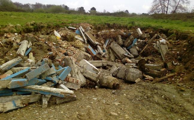 Somos Cudillero denuncia que los escombros del viejo campo de fútbol están bajo el césped
