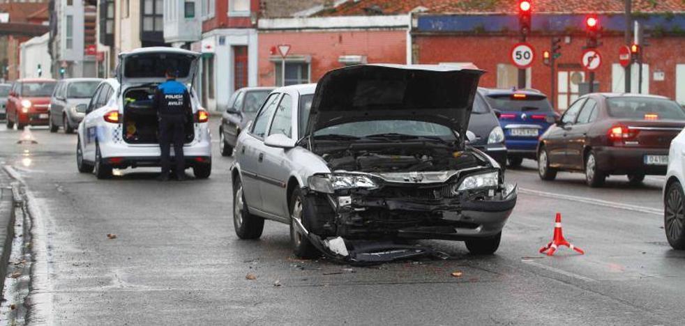 Una mujer resulta herida leve en una colisión múltiple en Avilés