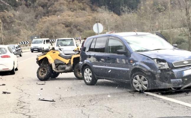 Dos heridos leves al colisionar un quad y un turismo en Parres