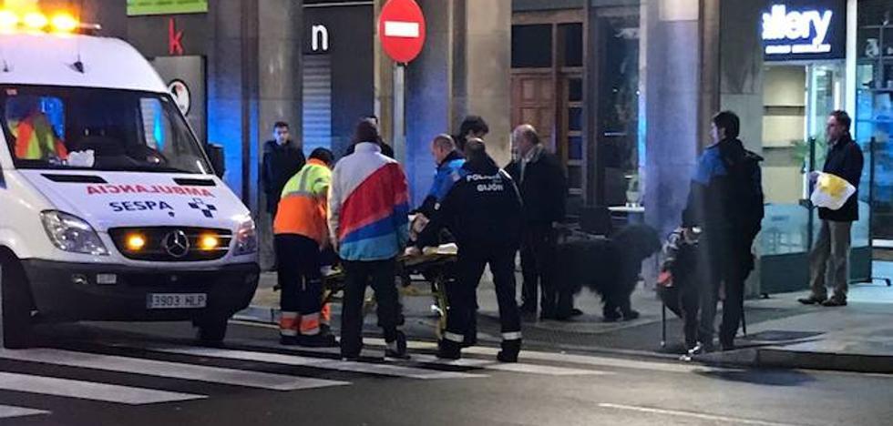 Un motorista arrolla a dos peatones en Gijón