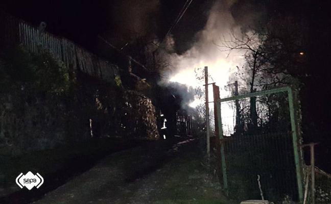 Un incendio calcina un almacén de aperos en Cangas del Narcea