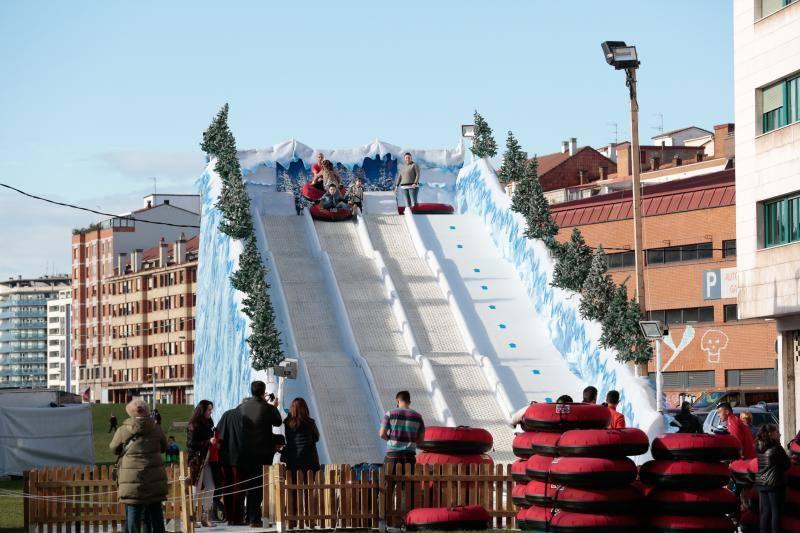 La pista de hielo gijonesa vuelve a ser epicentro festivo