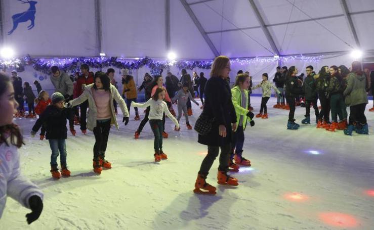 Diversión navideña sobre patines en Gijón