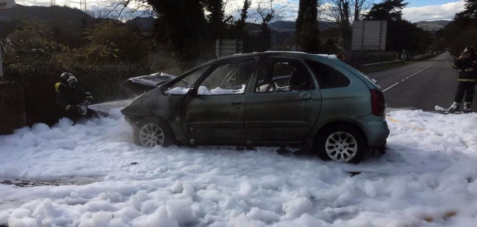 Rescata en Villaviciosa a un conductor antes de que su coche empezara a arder