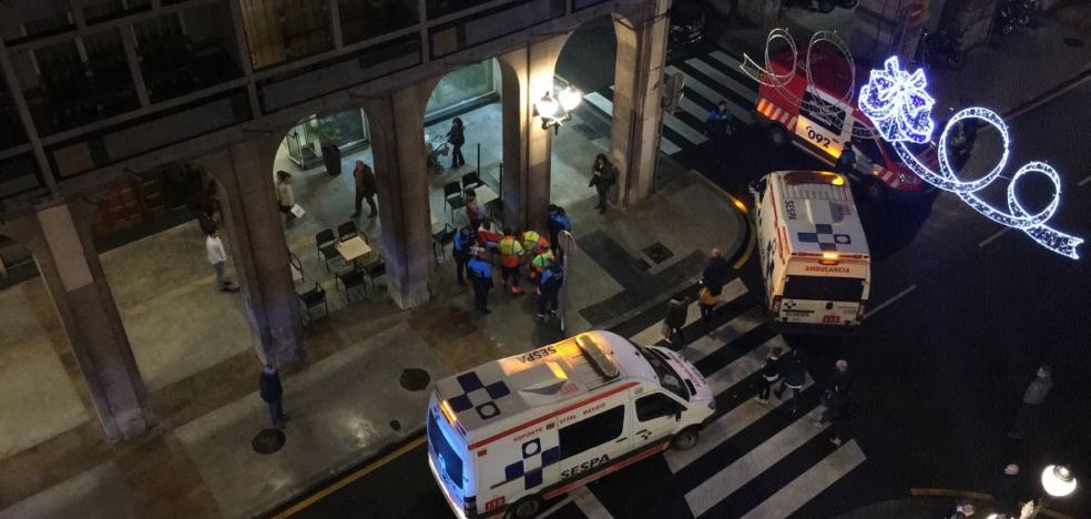 Un motorista arrolla a dos jóvenes en un paso de cebra de Gijón