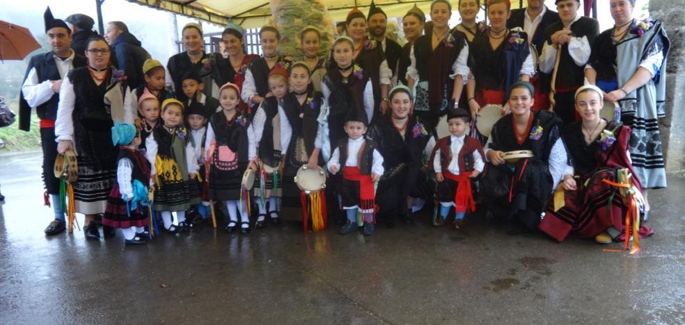 Piñeres de Pría honra a la Concepción bajo la lluvia