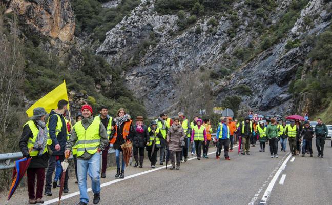 Cien manifestantes reclaman mejoras en el Desfiladero de la Hermida